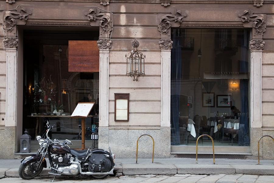 2-0-Convivium-restaurant-cafe-bar-in-Milan-Italy-exterior-big-panoramic-window
