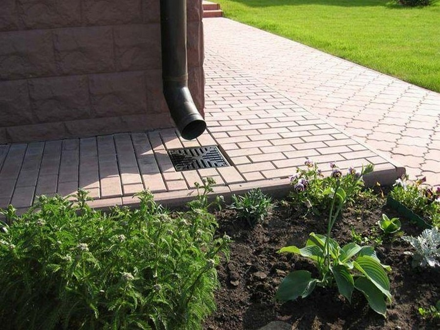 2-drainage-system-installation-lawn-gutter-downpipe