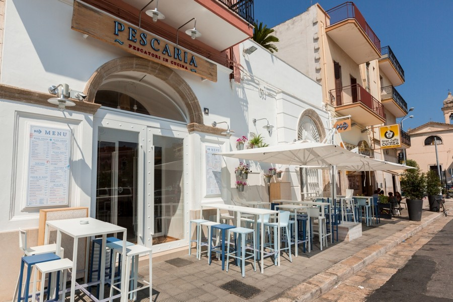 4-0-Pescaria-restaurant-cafe-bar-in-Milan-Italy-seafood-exterior-white-and-light-blue-bar-stools-tables-outdoors