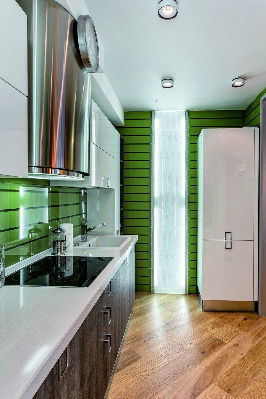 4-2-contemporary-style-open-concept-kitchen-interior-design-plasterboard-sheetrock-3D-wall-decor-green-brown-white-cabinets-diagonal-parquetry-chromed-cooker-hood-LED-lights
