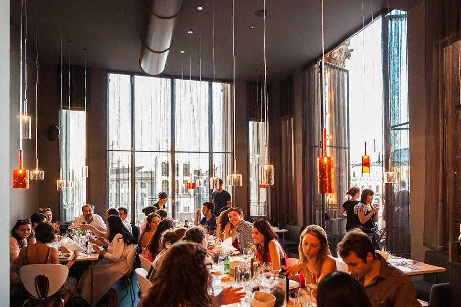 6-4-La-Terrazza-Aperol-restaurant-cafe-bar-in-Milan-Italy-interior-desigh-big-panoramic-windows-low-pendant-lamps
