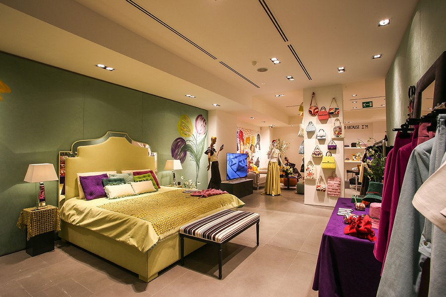 1-2-new-show-room-concept-store-in-Milan-Italy-2017-Alcantara-material-collection-in-interior-design-bedroom-upholstered-bed-headboard-with-mirror-inserts-decor-yellow-ottoman-mannequins