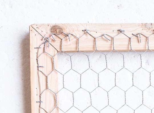 1-metal-net-with-hexagonal-holes-wooden-picture-frame