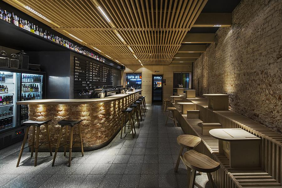 1-parka-Moscow-craft-beer-bar-interior-design-loft-Scandinavian-style-motifs-wooden-planks-ceiling-benches-stools-bar-salt-bricks-backlit-black-walls-masonry