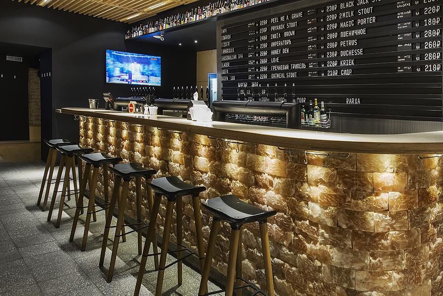2-1-parka-Moscow-craft-beer-bar-interior-design-loft-Scandinavian-style-motifs-wooden-bar-stools-black-wall-price-list-display-menu-TV-set-Himalayan-salt-bricks-lights