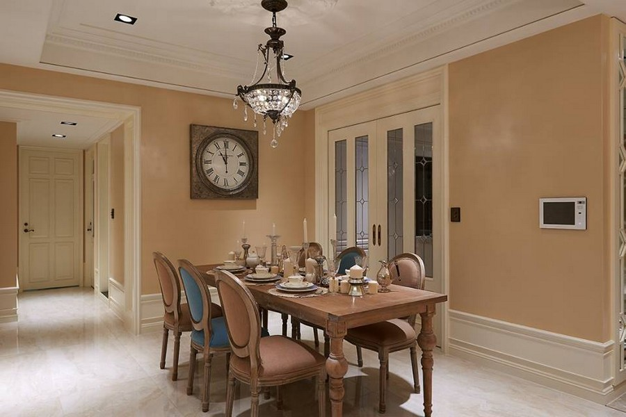 2-2-neo-classical-style-interior-neutral-beige-blue-Tuscan-colors-open-plan-concept-dining-room-wall-clock-wooden-table-mismatched-chairs-crystal-chandelier-wall-panels