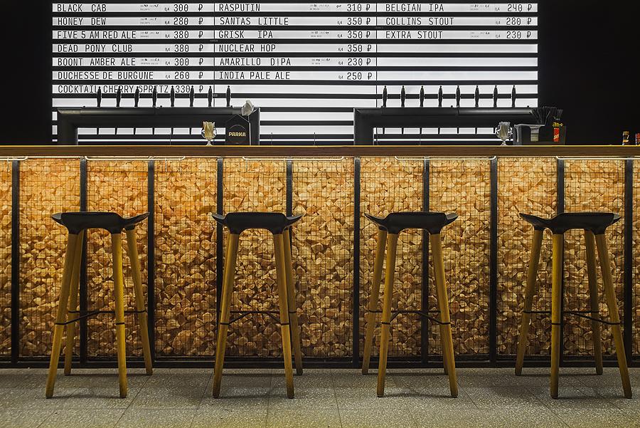 2-4-parka-Moscow-craft-beer-bar-interior-design-loft-Scandinavian-style-motifs-bar-black-wall-big-price-list-menu-display-wooden-stools-lights-Himalayan-salt-bricks-base