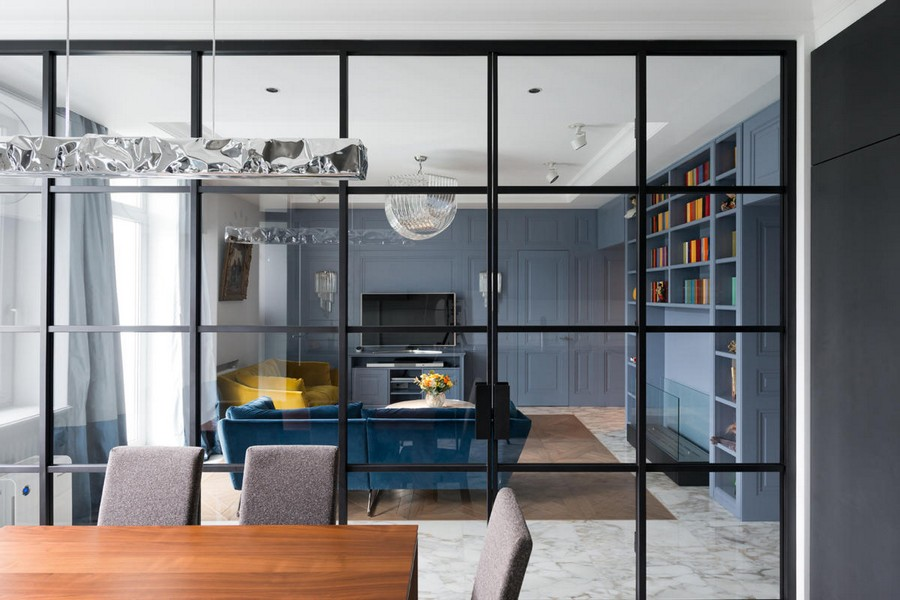3-2-American-style-interior-blue-wooden-wall-panelling-transparent-glass-wall-between-kitchen-dining-and-living-room-black-frame-sliding