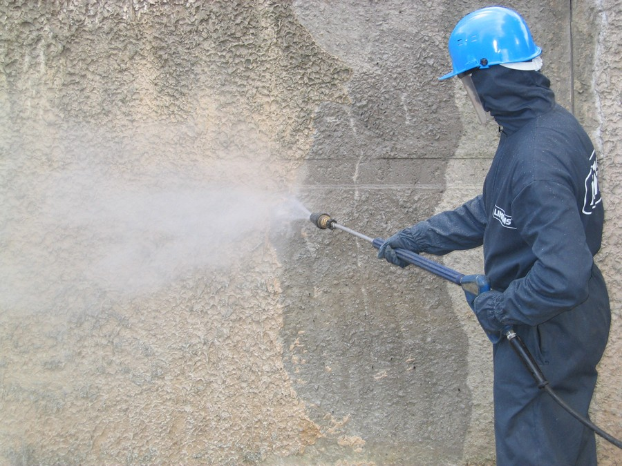 3-steam-cleaning-wall-with-high-pressure-vaporized-water-removing-stains-dirt