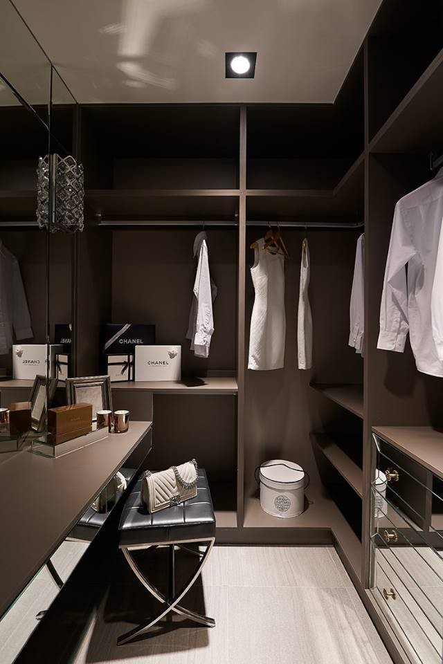 4-3-contemporary-style-walk-in-closet-interior-black-walls-dressing-table-ottoman-padded-stool-mirrored-glossy-surfaces-drawers-big-mirror
