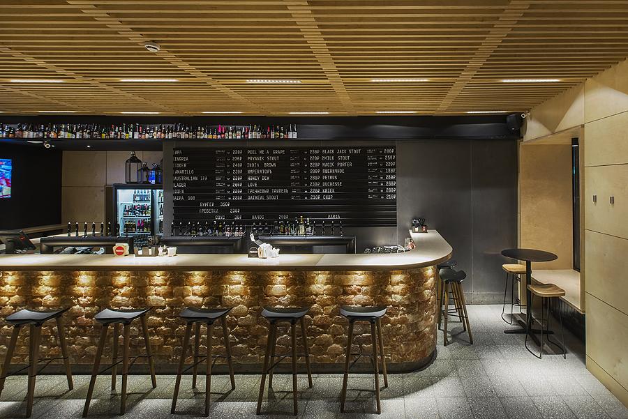 4-parka-Moscow-craft-beer-bar-interior-design-loft-Scandinavian-style-motifs-black-walls-wooden-planks-ceiling-bar-stools-big-price-list-menu-display-lights-Himalayan-salt-bricks-light-ash-wood-stools