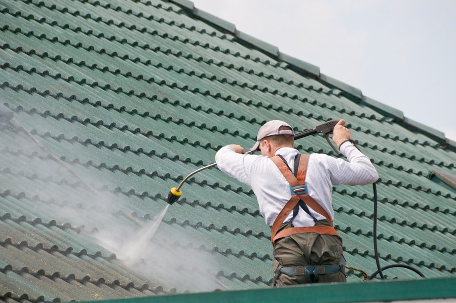 4-steam-cleaning-the-roof-with-high-pressure-vaporized-water-removing-stains-dirt-moss-fungi