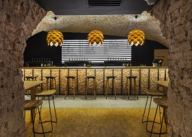 5-0-parka-Moscow-craft-beer-bar-interior-design-loft-Scandinavian-style-motifs-arched-masonry-ceiling-old-bricks-bar-table-stools-Himalayan-salt-bricks-artichoke-shaped-lamps-big-price-list-menu-display