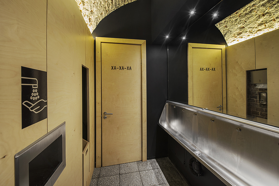 6-parka-Moscow-craft-beer-bar-interior-design-loft-Scandinavian-style-motifs-public-toilet-arched-ceiling-old-masonry-black-beige-wall-stainless-steel-urinal-wash-bowl-bathroom-WC