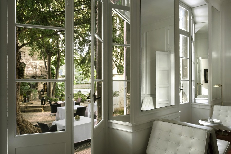 0-beautiful-dining-room-interior-design-with-mirrored-window-jambs-apertures-white-furniture-terrace-exit