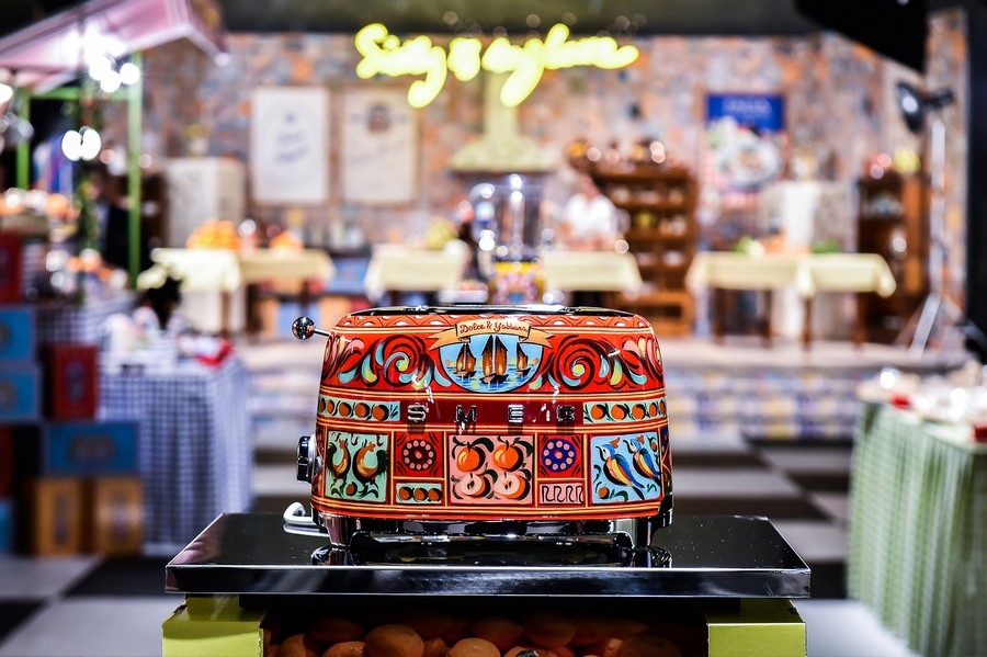 0-new-collection-of-domestic-kitchen-appliances-by-Smeg-and-Dolce-Gabbana-2017-Sicily-is-My-love-made-in-italy-bright-ethnic-floral-motifs-creative-design-red-blue-toaster