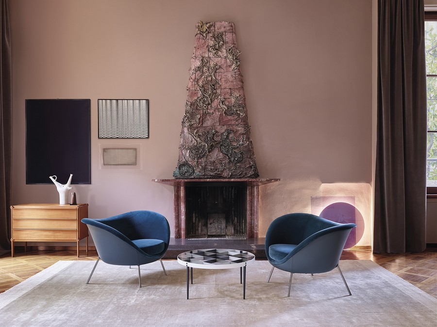 1-6-Molteni-&-C-new-collection-of-contemporary-style-furniture-at-Salone-de-Mobile-Exhibition-Milan-2017-living-room-set-blue-velvet-arm-chairs-fireplace-geometrical-coffee-table