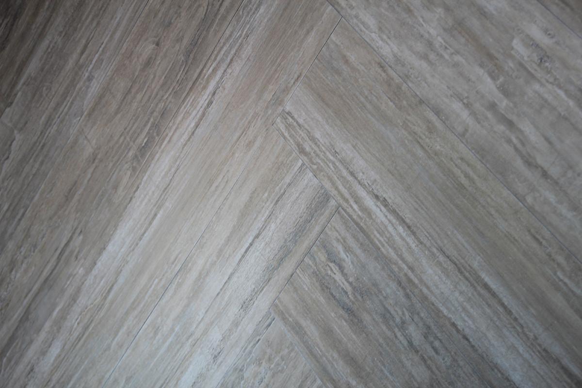1-9-ceramic-tiles-gray-floor-faux-wood-parquet-herringbone-pattern-Azulev-brand-collection-2017