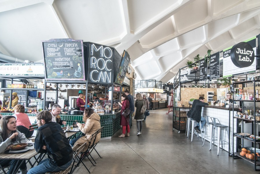 1-cozy-beautiful-courtyard-style-covered-food-market-interior-design-Danilovsky-market-in-Moscow-cafe-tables-bar-juice