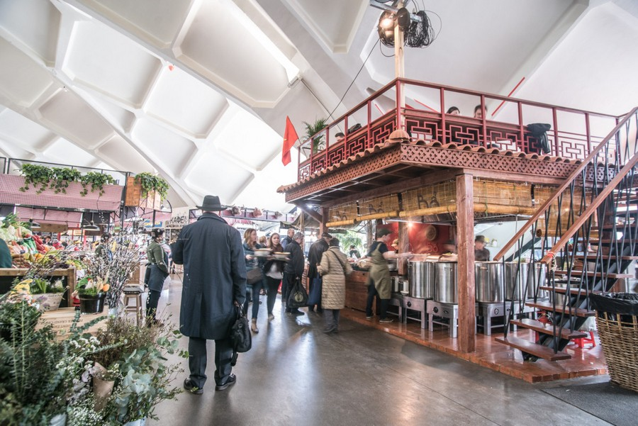 2-2-cozy-beautiful-courtyard-style-covered-food-market-interior-design-Danilovsky-market-in-Moscow-foodstuffs-cafes-rows
