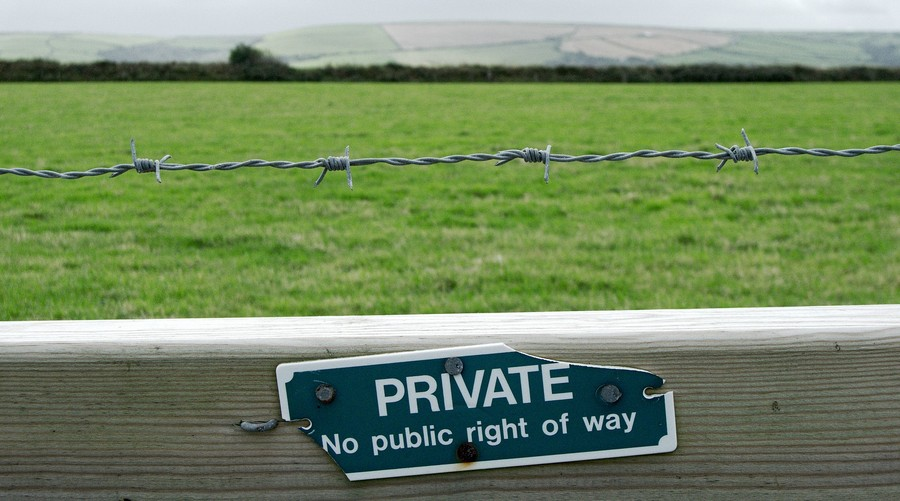 3-Eviction-of-Travellers-private-no-public-right-of-way-sign-board-property-trespassing-violation-tort-of-trespass-barbed-barb-wire