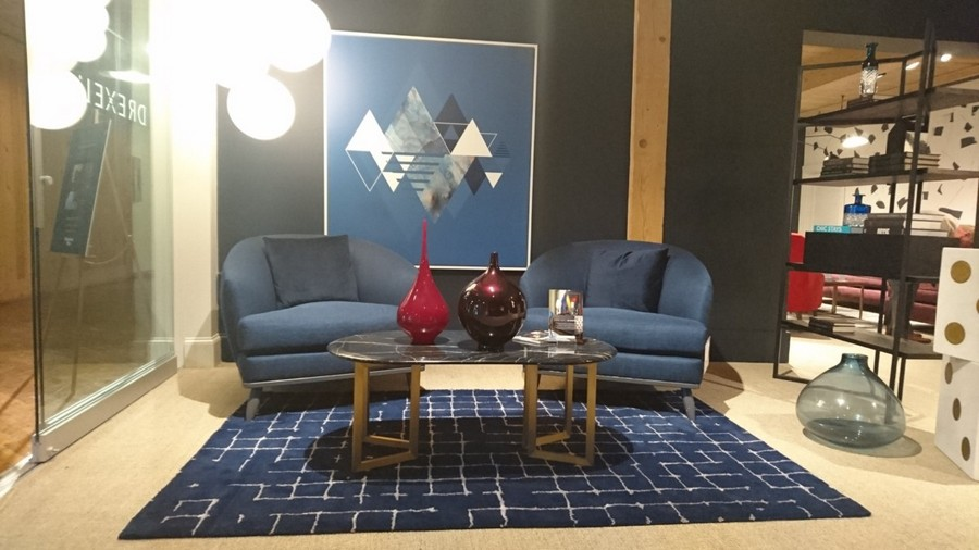4-1-American-style-furniture-collection-2017-in-interior-design-High-Point-Market-Fair-Spring-2017-big-blue-arm-chairs-living-room-set-suite-geometrical-artwork-wall-art-coffee-table-rug-shelving-unit-floor-vase