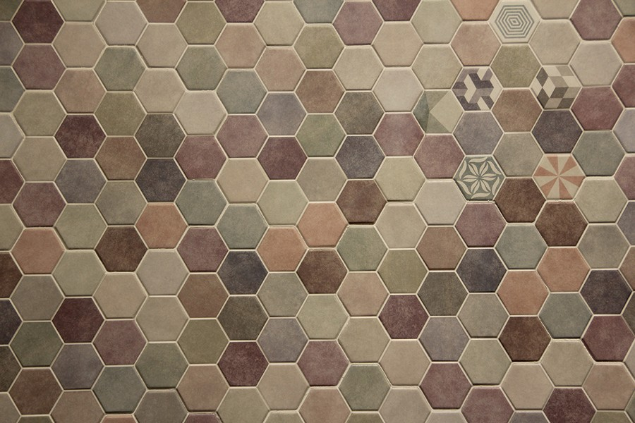 4-8-ceramic-tiles-hexagonal-multicolor-pastel-gray-pink-blue-green-honeycomb-shaped-Saloni-brand-collection-2017