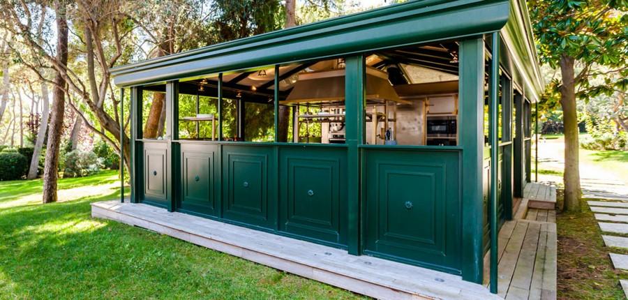 5-1-outdoor-summer-kitchen-exterior-design-ideas-free-standing-alone-isolated-separate-garden-green-open