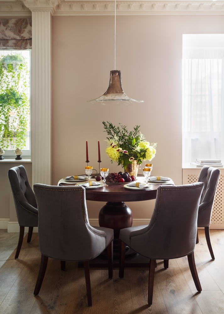 5-beige-and-gray-light-neo-classical-modern-dining-room-interior-design-round-wooden-table-chairs-suspended-lamp-faux-decorative-column-two-windows