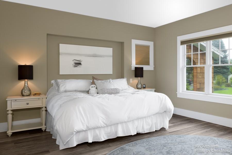 8-contemporary-style-bedroom-interior-design-beige-and-white-black-bedside-lamps-wooden-nightstands-parquet-floor-big-window