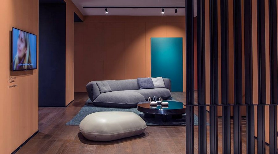 9-4-Cassina-new-collection-of-contemporary-style-furniture-at-Salone-de-Mobile-Exhibition-Milan-2017-gray-sofa-blue-rug-wooden-planks-partition-wall