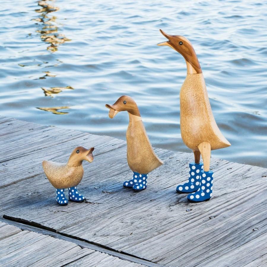 0-creative-garden-decor-ideas-wooden-ducks-figurines-in-rain-boots-wooden-decking-water