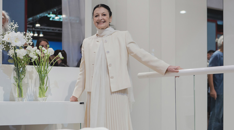 1-2-Lago-Italian-furniture-for-famous-women-Carla-Fracci-ballet-bar-pure-total-white-bedroom-interior-design