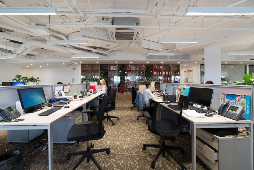 10-1-Mattel-office-interior-design-Russia-Moscow-toys-seller-light-white-walls-exposed-ceiling-pipes-wires-beige-carpeting-panoramic-windows-indoor-plants-white-furniture-desks