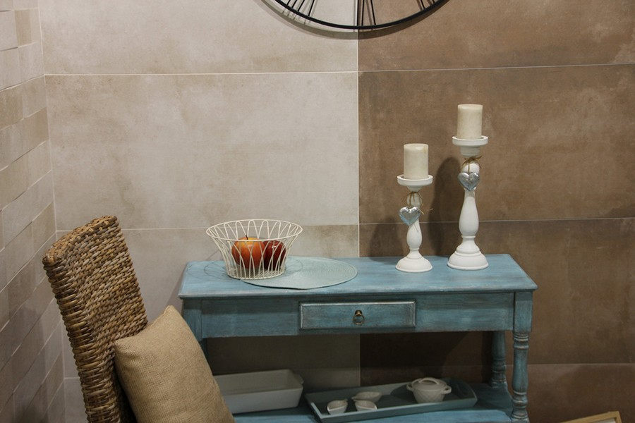 13-3-ceramic-tiles-in-interior-design-Azteca-brand-collection-2017-extra-big-large-scale-wall-tiles-beige-vintage-painted-blue-console-table-wicker-chair