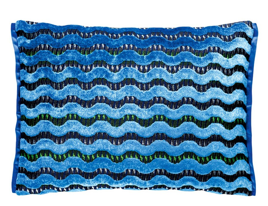 2-3-blue-couch-throw-pillow-with-deep-pile-by-Designers-guild-wave-pattern-black-Murrine-Delft-beautiful-home-textile-decor-accessories-summer-2017
