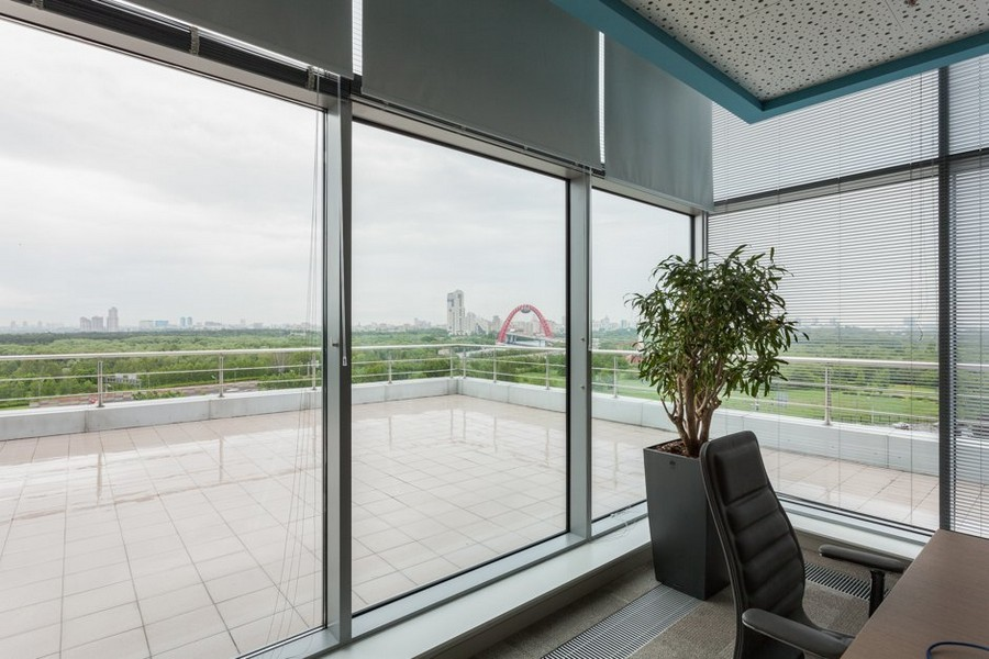 2-5-new-refreshed-renovated-Microsoft-office-headquarters-in-Moscow-interior-design-Roman-Venetian-blinds-panoramic-windows-open-terrace-exit