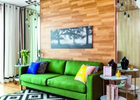 2-wooden-ceiling-decor-in-interior-design-oak-parquet-boards-on-floor-walls-ceiling-living-room-interior-design-green-sofa-IKEA-black-and-white-rug-geometric-motifs-eco-style-pendant-lamps