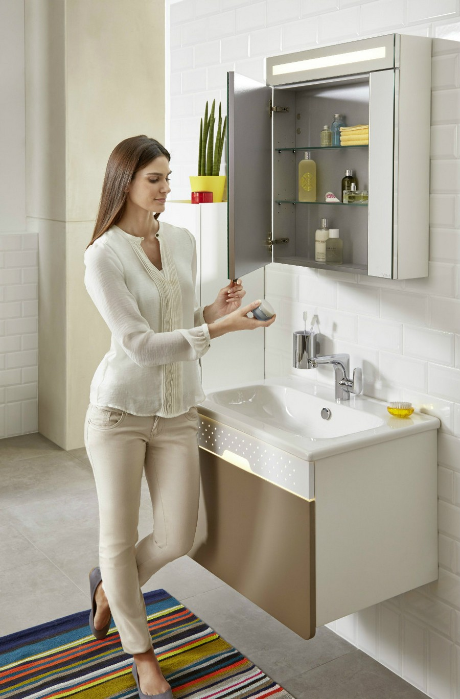 3-1-Vitra-beige-bathroom-interior-design-wash-basin-wall-mounted-vanity-unit-stripy-rug