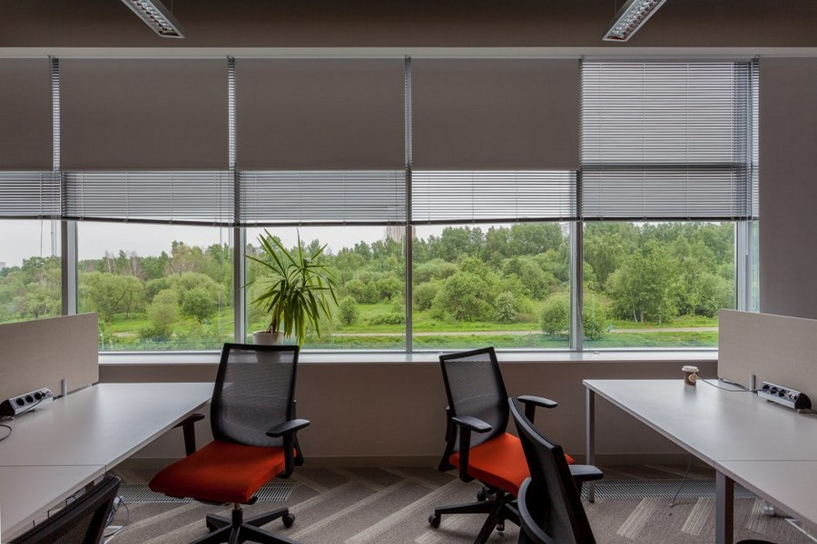 3-2-new-refreshed-renovated-Microsoft-office-headquarters-in-Moscow-interior-design-Venetian-Roman-blinds-computer-desks-wheeled-chair-orange-beautiful-nature-view-from-the-window