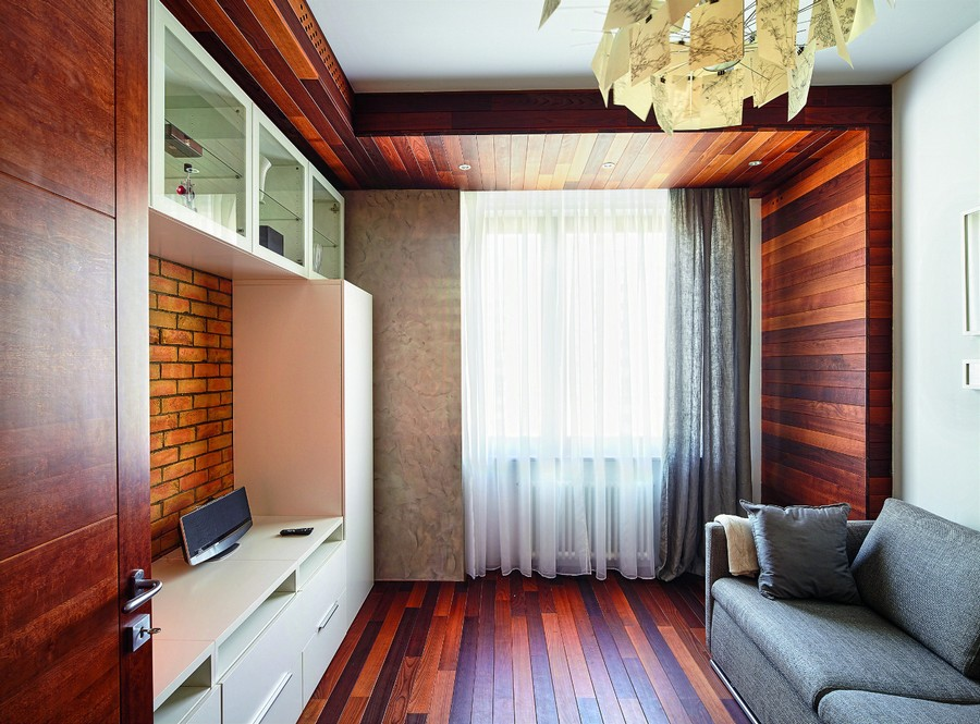 5-wooden-ceiling-decor-in-interior-design-thermally-modified-wood-wall-floor-boards-faux-brick-wall-living-room-gray-sofa-chandelier
