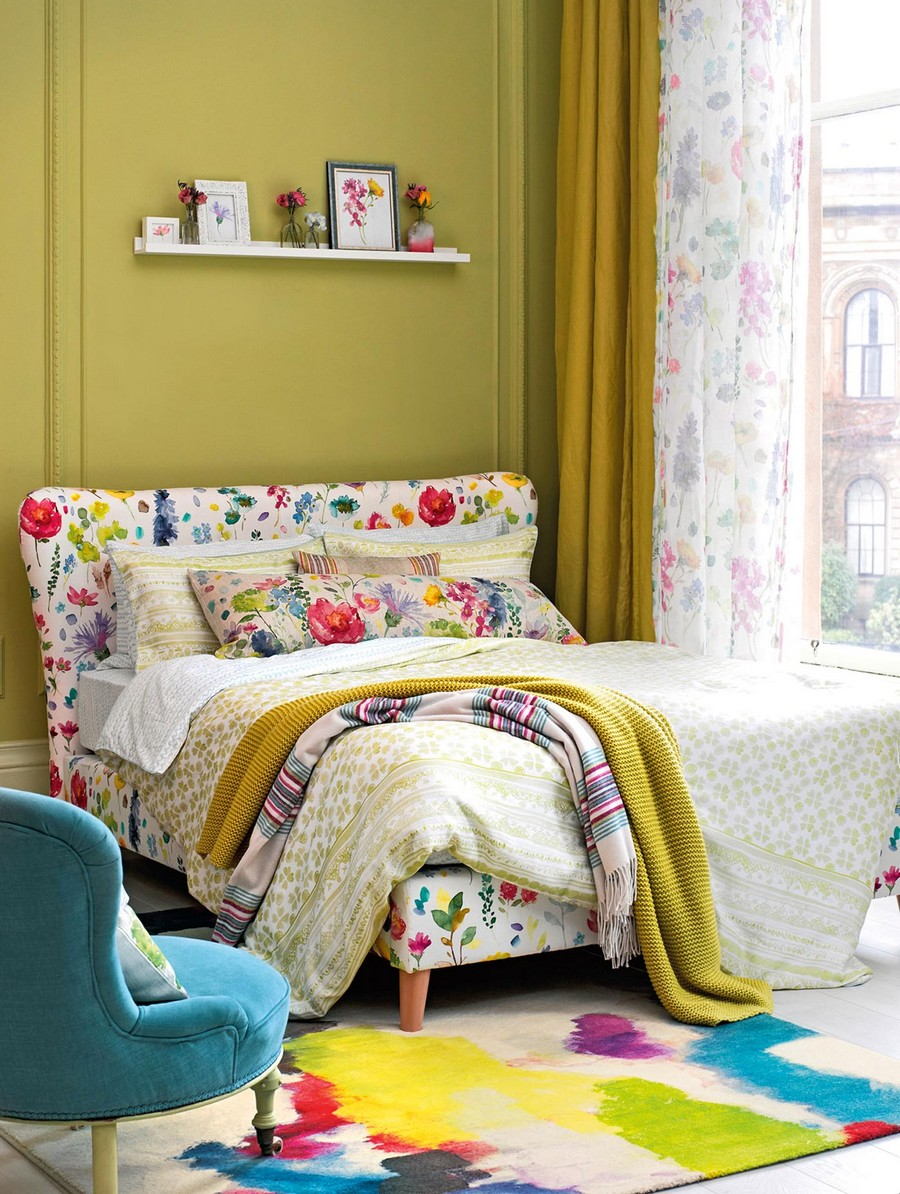 6-1-Bed-upholstered-with-linen-Tetbury-Spring-fabric-with-watercolor-motifs-by-Bluebellgray-beautiful-home-textile-decor-accessories-summer-2017