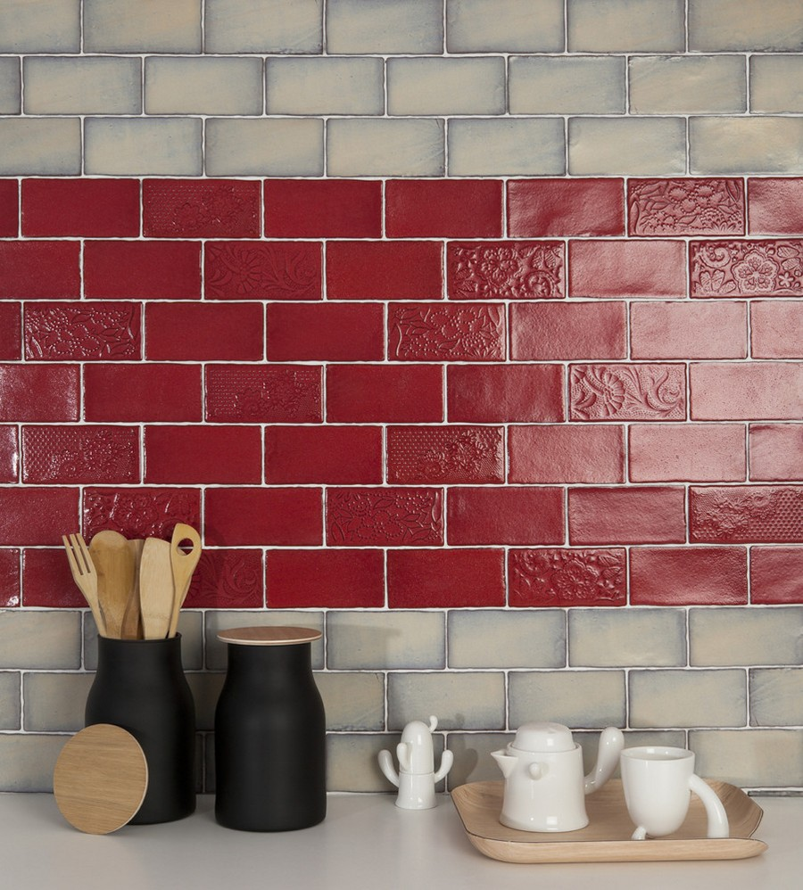 6-1-ceramic-tiles-in-interior-design-kitchen-backsplash-bicolor-red-white-brick-tiles-clinker-wall-Cevica-brand-collection-2017