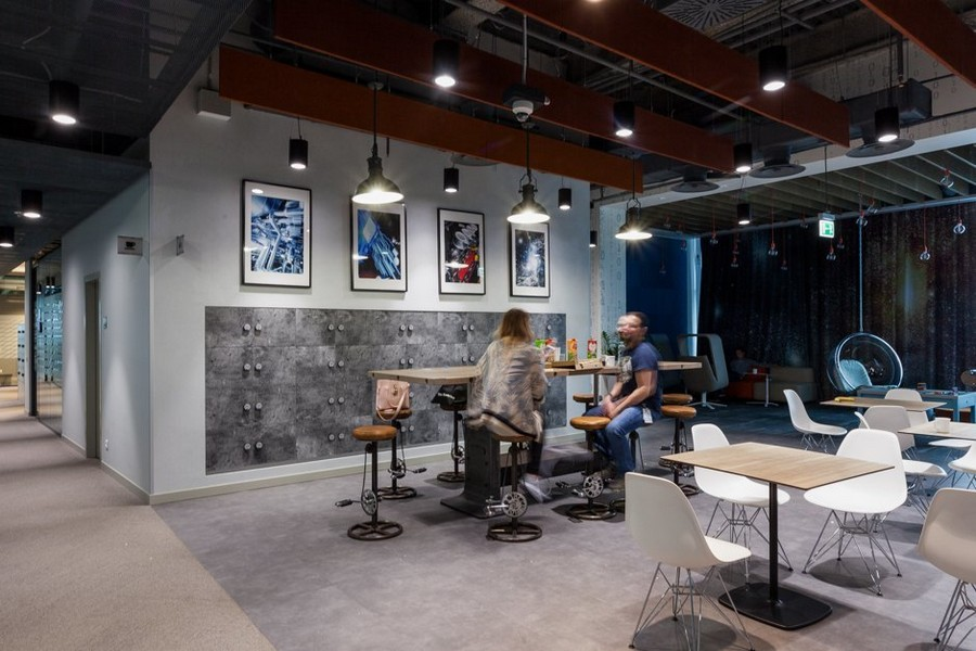 6-4-new-refreshed-renovated-Microsoft-office-headquarters-in-Moscow-interior-design-hub-dining-lounge-zone-bar-stool-steam-punk-style-white-chairs-exposed-wires-ceiling-suspended-ceiling-mounted-ball-chair