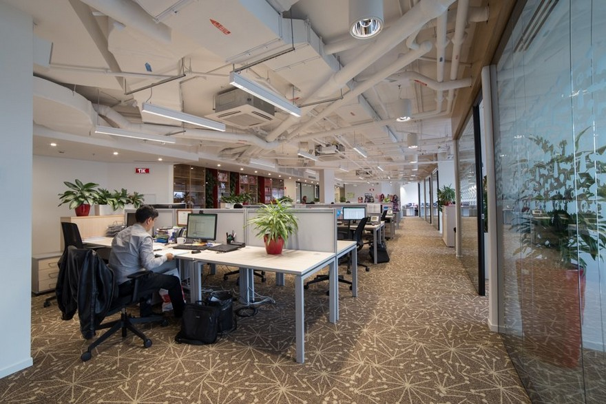7-1-Mattel-office-interior-design-Russia-Moscow-toys-seller-light-white-walls-exposed-ceiling-pipes-wires-beige-carpeting-panoramic-windows-indoor-plants-white-furniture-desks