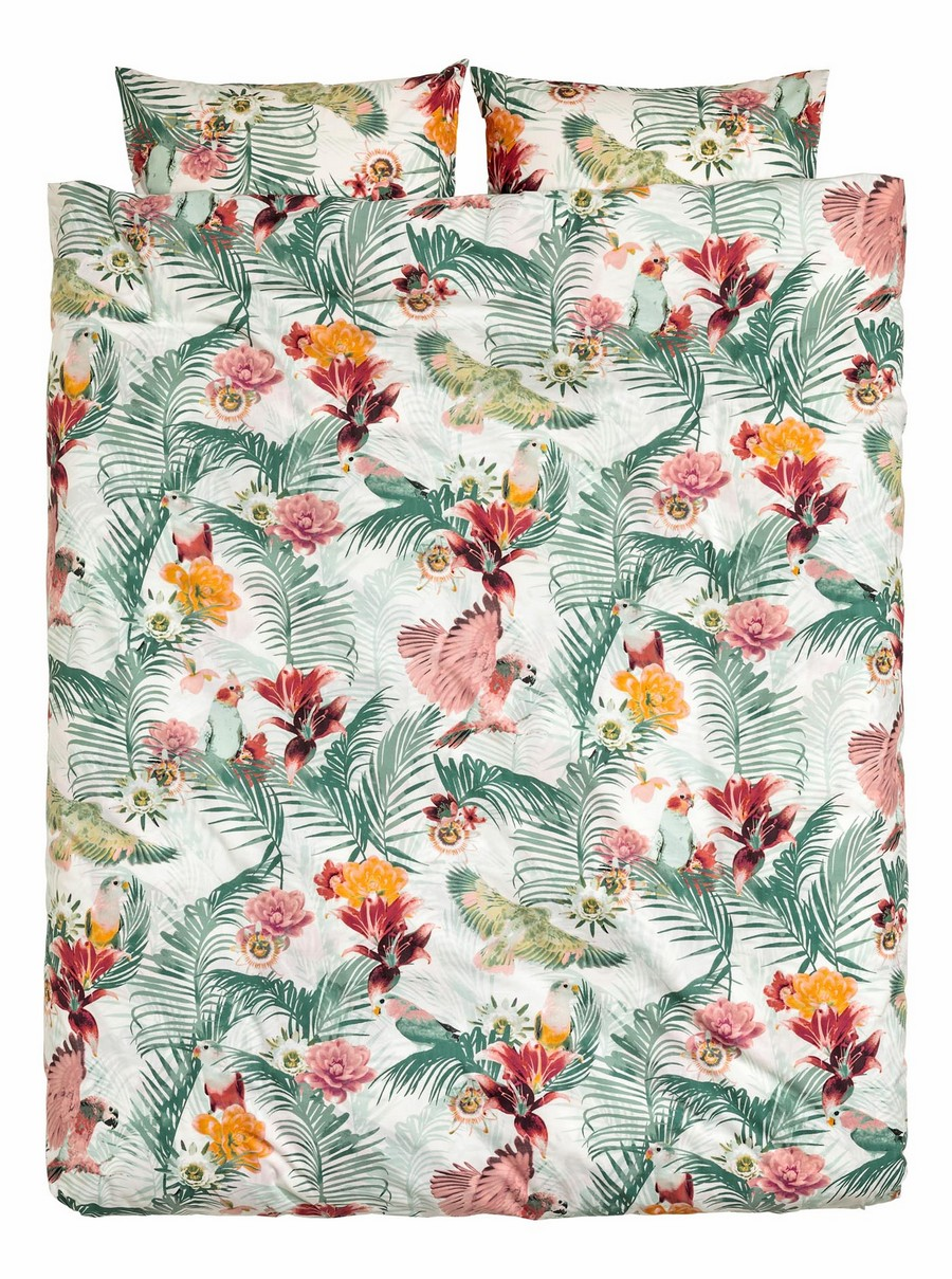 7-2-Tropical-flora-and-fauna-motifs-on-a-bed-linen-set-by-H&M-beautiful-home-textile-decor-accessories-summer-2017