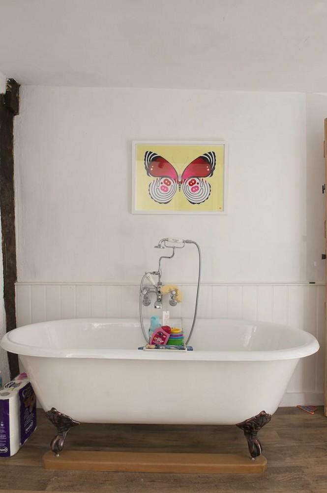 8-old-country-house-interior-design-vintage-style-white-bathroom-plastic-wall-panels-retro-shower-head-cast-iron-bathtub-bath-metal-foot