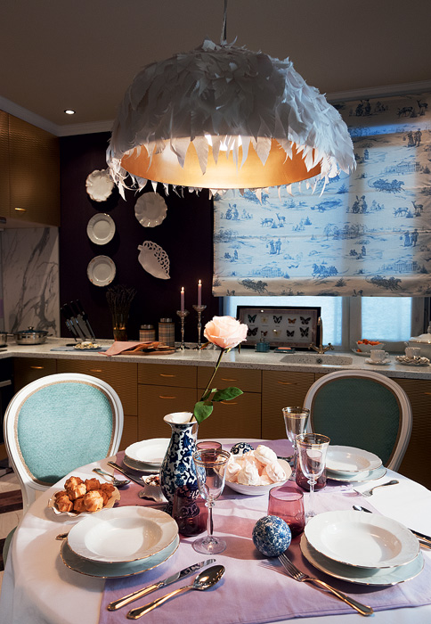 0-French-Parisian-style-kitchen-interior-design-round-dining-table-designer-lamp-with-paper-lampshade-handmade-toile-de-jouy-roman-blinds-decorative-plates-lavender-walls-faux-marble-backsplash