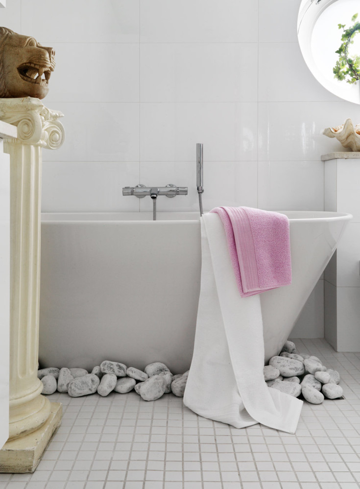 1-contemporary-Scandinavian-eclectic-style-bathroom-interior-design-with-oriental-motifs-bathtub-rocks-pebbles-on-the-floor-white-glossy-square-wall-tiles-small-floor-tiles-lion's-head-antique-column-window