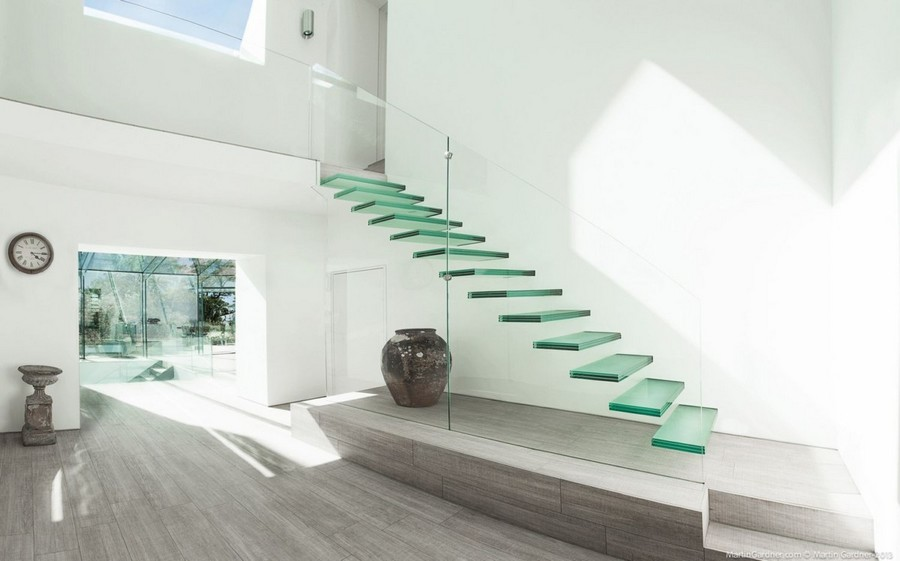 5-1-glass-staircase-stairs-minimalist-style-interior-white-walls